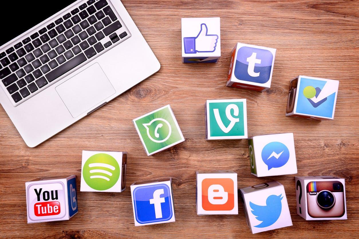 τα_Social_Media